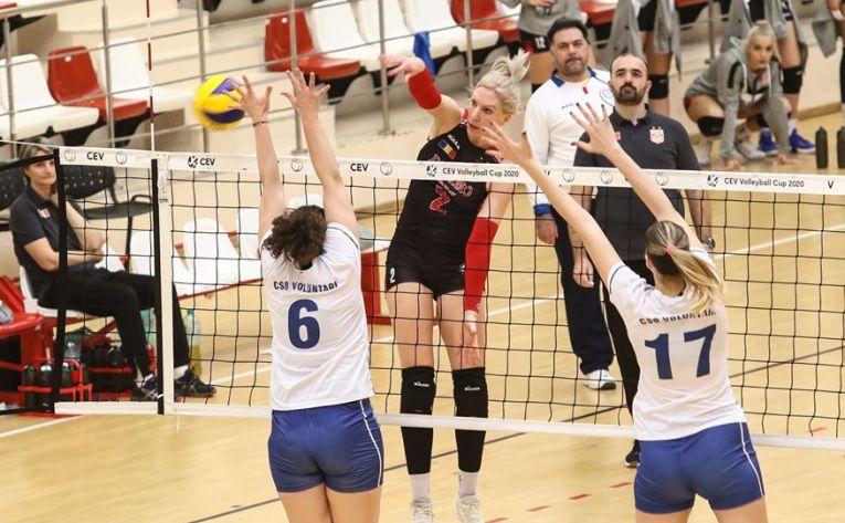 Dinamovista Maja Burazer în atac în meciul câștigat de echipa ei în fața formației CSO Voluntari