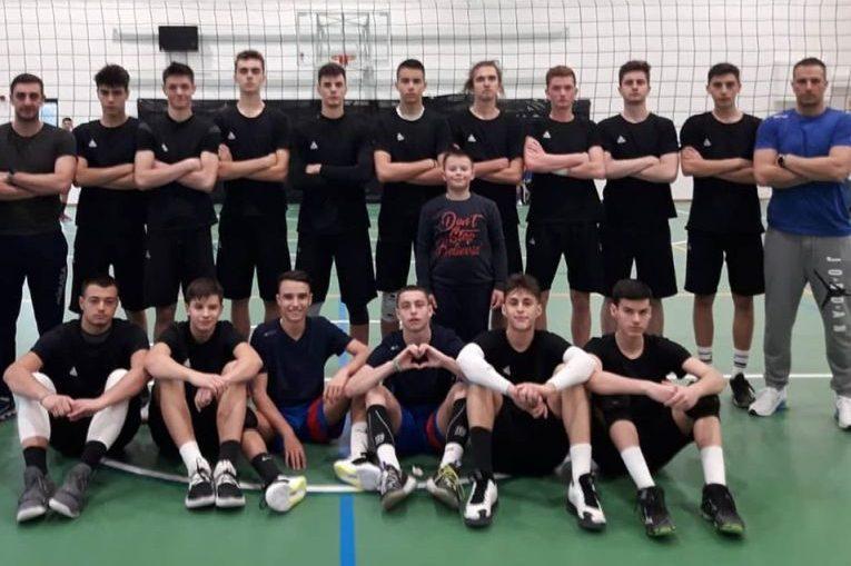 Componentii nationalei de volei U18 a României, la poza oficiala din timpul pregatirii