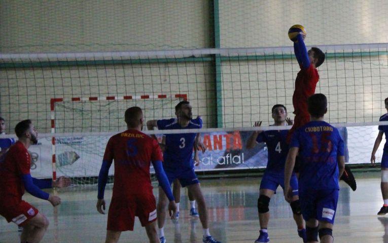 Tudor Constantinescu, ridicatorul formatiei de volei Steaua in actiune la meciul cu CSM Ramnicu Sarat