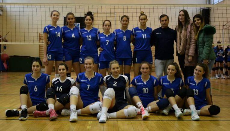 Fotografie de grup a formației feminine de volei CTF Mihai I, care joacă in seria est a Diviziei a2