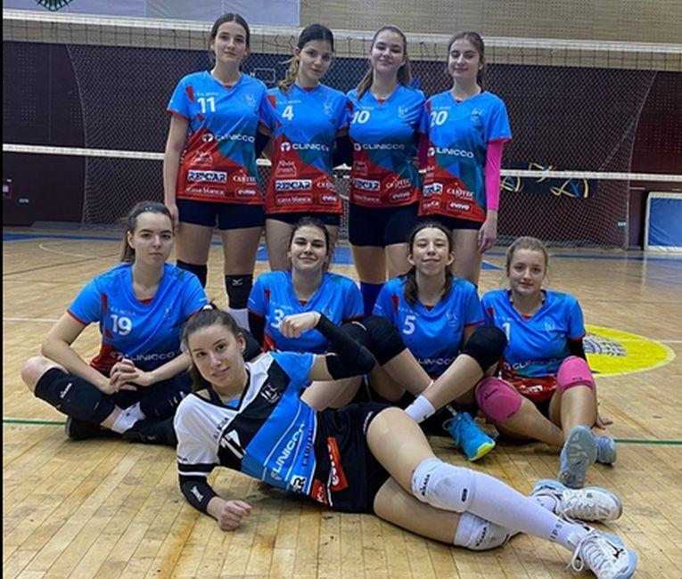 Echipa de junioare Bravol Brașov după victoria din penultima etapă