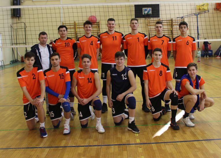 Tudor Constantinescu (nr. 8), alături de coechipierii săi de la echipa de volei juniori CTF Mihai I