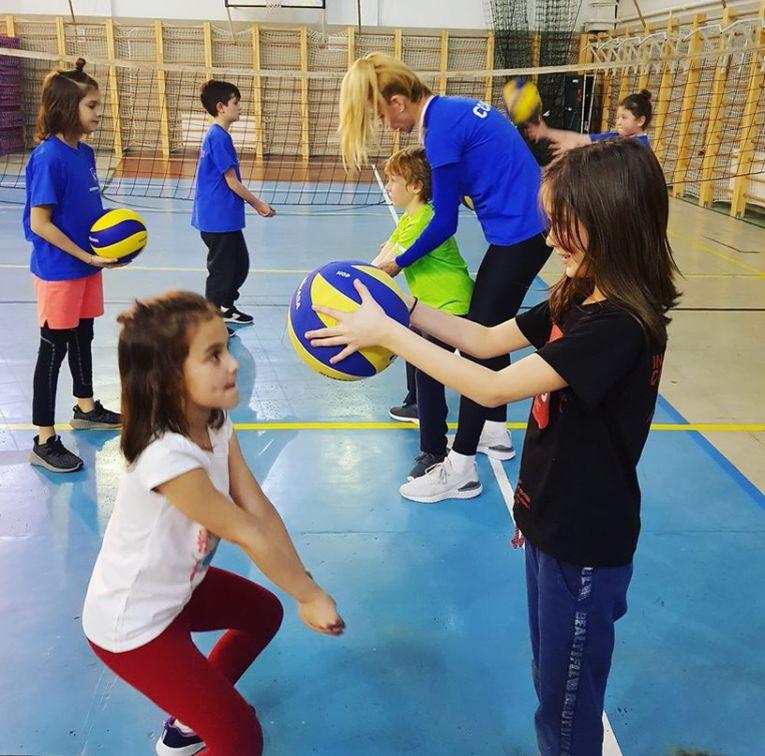 Cristina Pîrv adoră să antreneze copiii la Academia de volei Pîrv 11