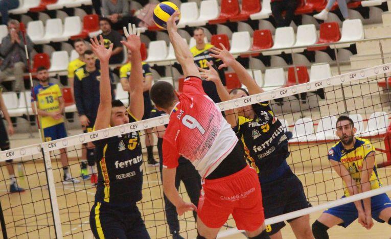 Bozidar Cuk, de la Dinamo, în atac în meciul cu Volei Municipal Zalău