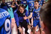Gianni Crețu, în culmea bucuriei, alături de jucătorii săi, în victoria de pe terenul celor de la Zaksa