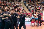 Ferhat Akbaș și membrii echipei tehnice, dar și voleibalistele formației Kemik Police, se bucură după un punct câștigat în campionatul Poloniei
