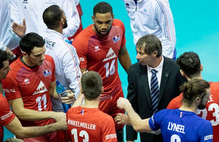Antrenorul Laurent Tillie, în mijlocul jucătorilor echipei Franței, pe care i-a antrenat 8 ani