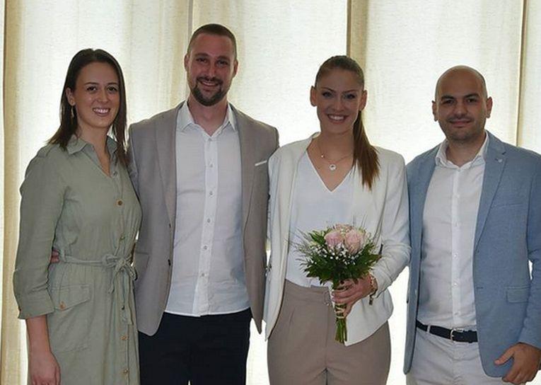 Katarina Jovanovic si soțul ei, alături de nași