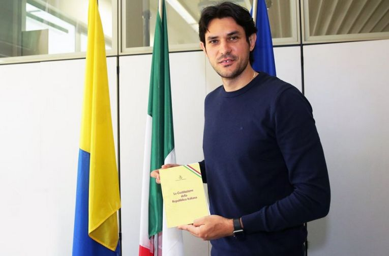 Dragan Stankovic, cu certificatul care îi conferă cetățenia italiană