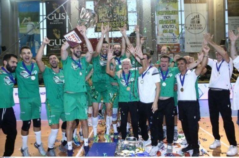 Jucătorii de la Panathinaikos sărbătoresc cucerirea titlul de campioni la volei în Grecia după o pauză de 14 ani