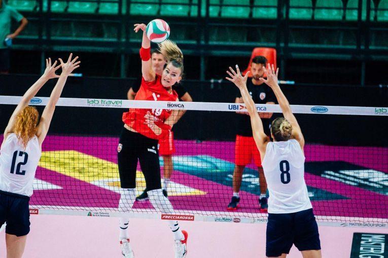 Adelina Ungureanu în atac la un antrenament al lui Cuneo