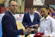 Adin Cojocaru o premiază pe Alexia Căruțașu din partea FRV la finalul anului 2017