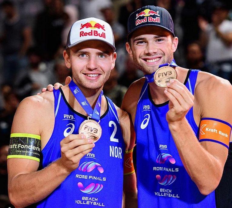 Christian Sorum (stânga) si Anders Mol, cu medalia cucerită la turneul FIVB de la Roma, ultimul din 2019