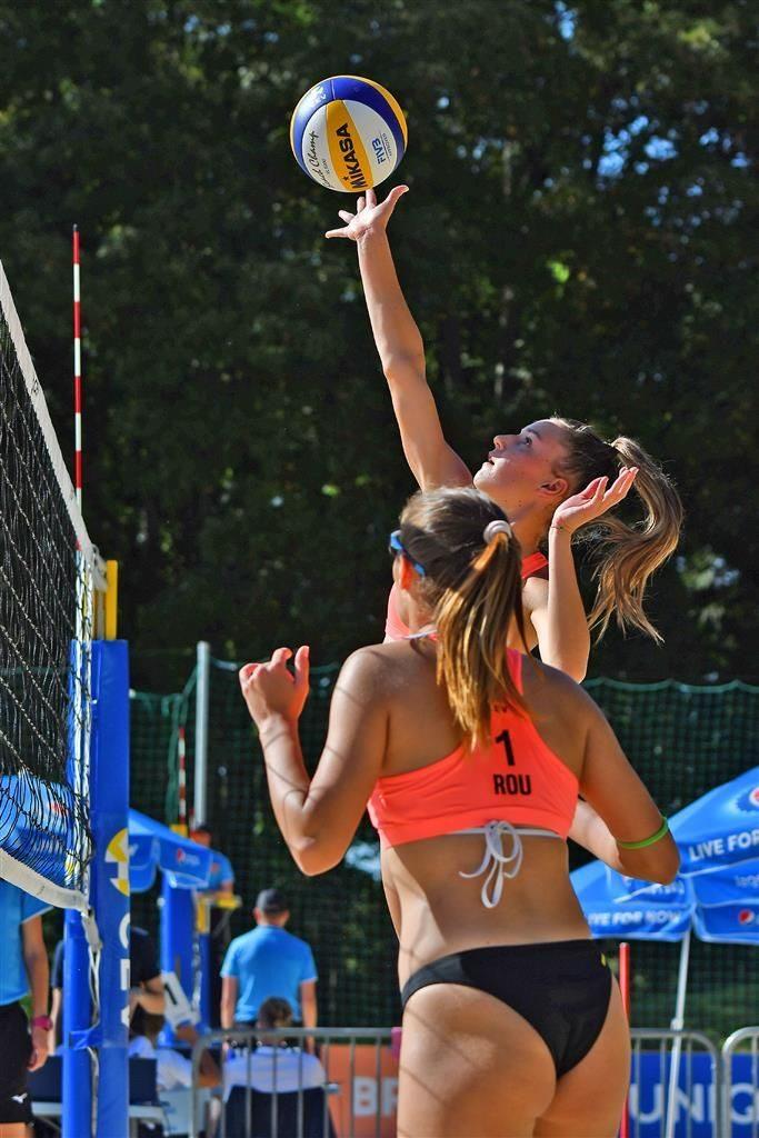 Diana Milea în atac sub privirile Iustinei Corcoz, la Campionatul European de volei pe plajă Under 20
