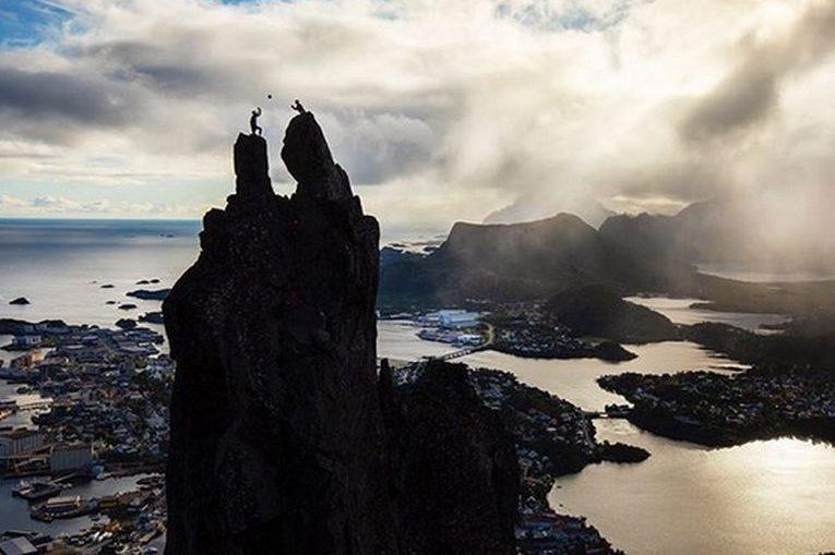 Christian Sorum si Anders Mol au jucat volei pe vârful stâncilor, la 150 de m înălțime