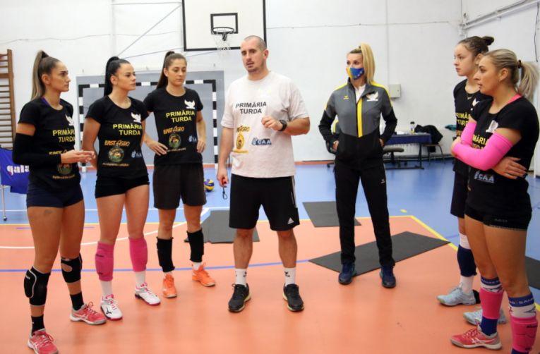 Bogdan Tănase, la antrenament cu fetele de la ACS Volei Turda Cristina Pîrv