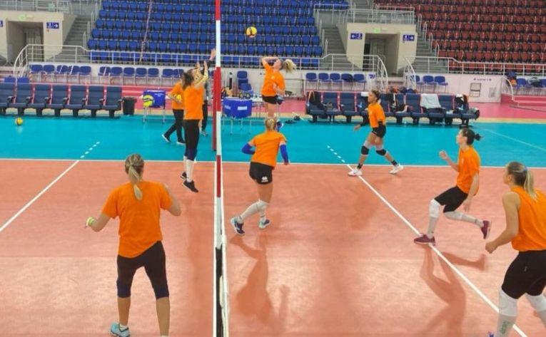 Jucătoarele formației CSM Târgoviște, la antrenament în Ucraina
