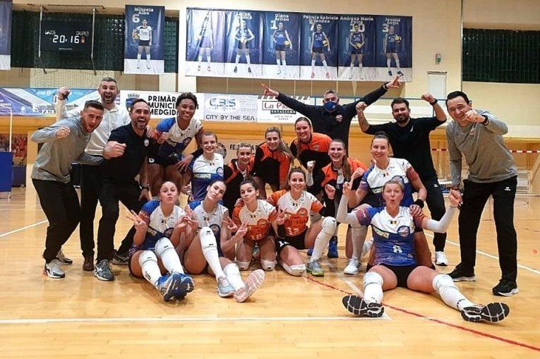 Bucuria fetelor de la CSM Târgoviște după victoria obținută în fața campioanei, Volei Alba Blaj