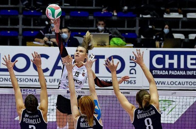 Adelina Ungureanu plasează o minge în meciul de la Brescia