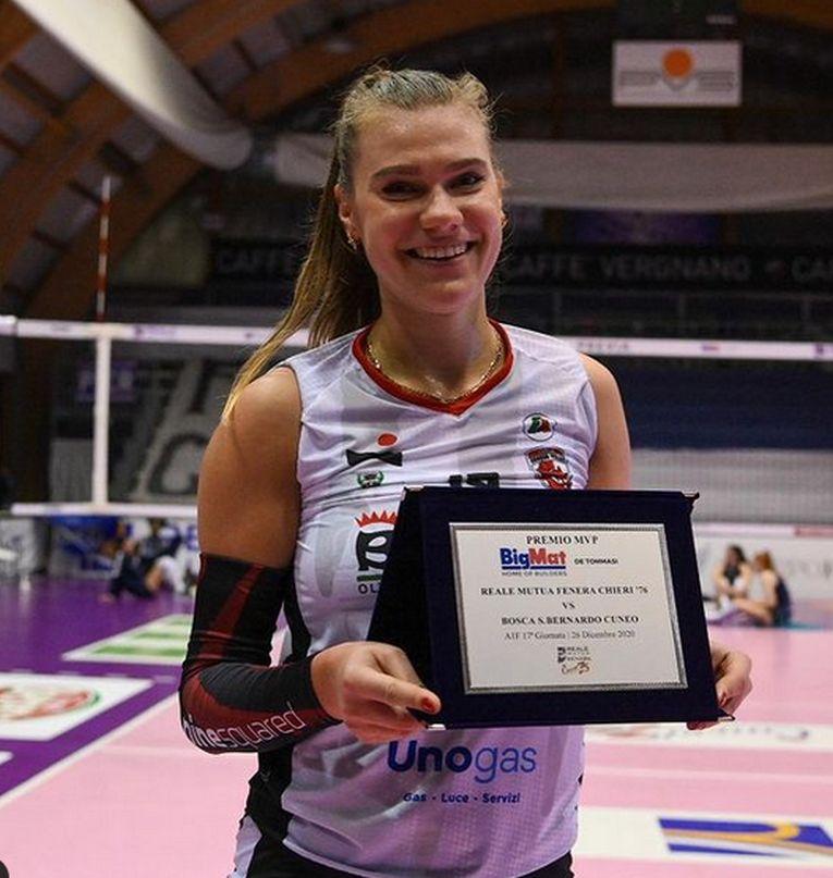 Adelina Ungureanu, cu trofeu primit ca MVP al meciului Brescia - Cuneo