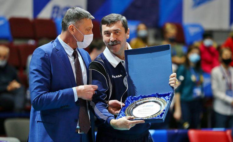 Andrei Zenovich a primit un trofeu la ultimul meci arbitrat în carieră