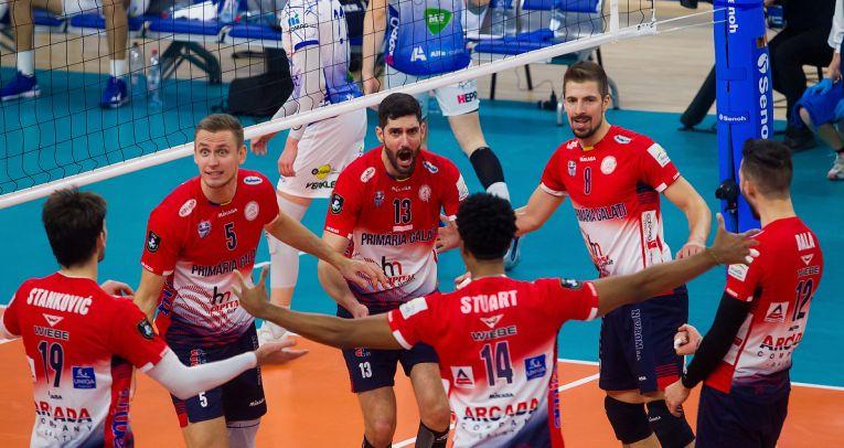 Bucuria jucătorilor de la Arcada Galați după calificarea în sferturile de finală ale Cupei CEV