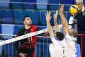 Gabriel Cherbeleață în atac în meciul cu Powervolley Milano
