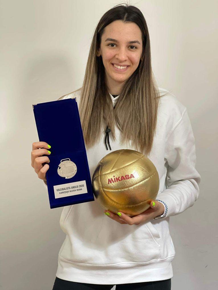 Alexia Căruțașu, cu trofeul cuvenit voleibalistei anului 2020