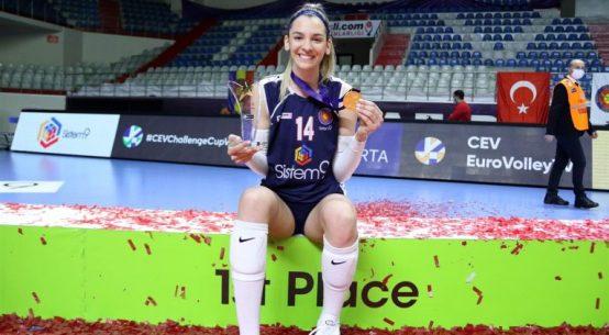 Alexia Căruțașu, cu medalia de aur din Cupa Challengi și trofeul pentru MVP-ul finalei