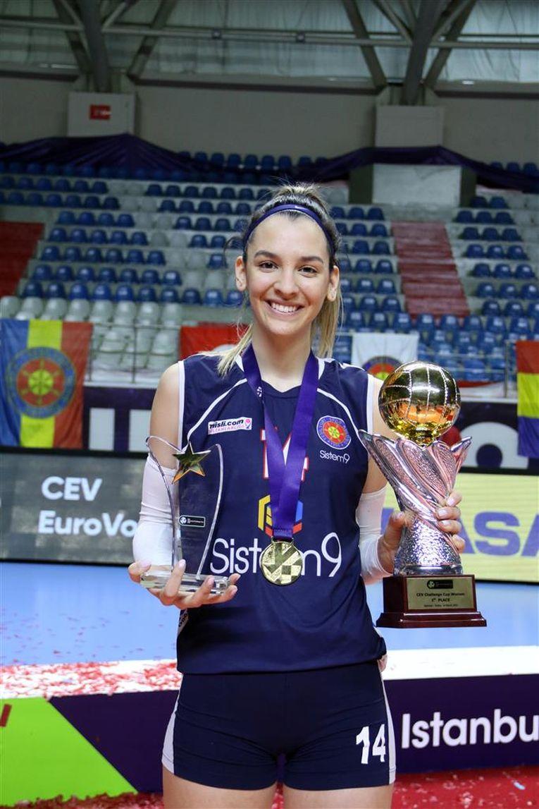 Alexia Căruțașu, cu trofeul Cupei Challenge și cel primit pentru titlul de MVP al finalei
