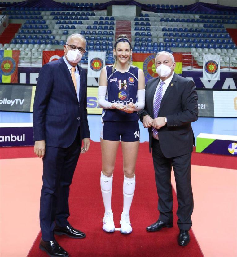 Alexia Căruțașu și premiul primit pentru cea mai bună jucătoare a finalei