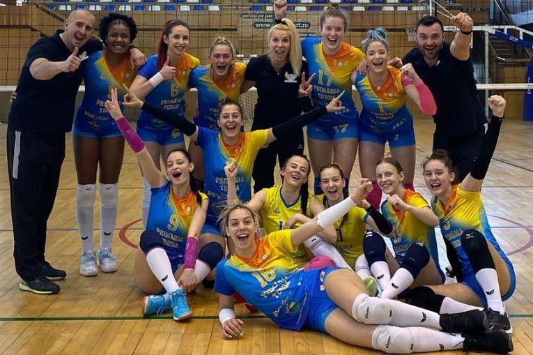 Bucuria fetelor de la ACS Volei Cristina Pîrv Turda după calificarea în turneul de promovare