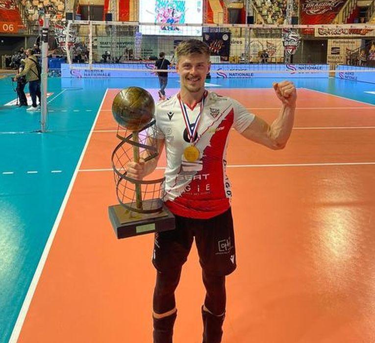 Adrian Aciobaniței cu trofeul de campion al Franței
