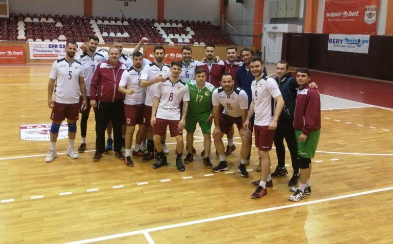 Fotografia de grup a echipei masculine de volei Rapid după victoria cu CSM Suceava, din turneul de promovare în Divizia A1
