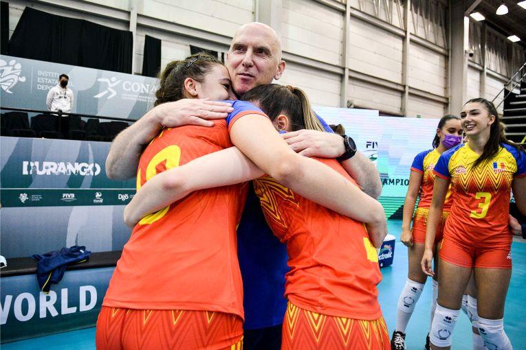 Jucătoarele plâng de bucurie în brațele antrenorului Marius Macarie la Campionatul Mondial Under 18 (FOTO: FIVB)