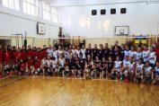 Fotografia de grup a participantelor la turneul de minivolei de la Craiova