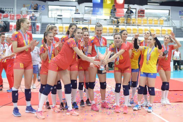 Jucătoarele naționalei feminine de volei a României, bucuroase cu trofeul cucerit după câștigarea Silver League 2019