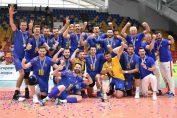 Componenții naționalei masculine de volei a României, bucuroidupă câștigarea Silver League și promovarea în Golden League la volei