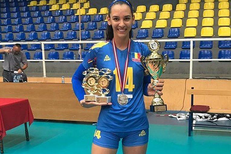 Alexia Căruțașu cu trofeele primite ca MVP și cel mai bun fals al Balcaniadei U17