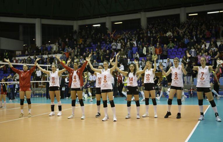 Jucătoarele de la Volei Alba Blaj au sărbătorit alături de fanii din Târgu Mureș prezenta in Liga Campionilor