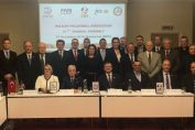Fotografie de grup a participanților la Adunarea Generală a Asociației Balcanice de Volei de la București. Președintele CEV, Boricic, stă alături de președintele FRV, Gheorghe Vișan