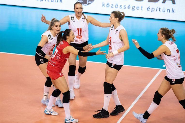 Jucătoarele de la Volei Alba Blaj se bucură după un punct câștigat în meciul cu Vasas Budapesta, din Liga Campionilor