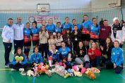 Jucatoarele si antrenorii formatiei de volei pentru cadete Bravol Brasov, dupa meciul din etapa a cincea a campionatului 2019/ 2020. La acest meci s-au strans si jucarii de plus, care au fost asezate la picioarele jucatoarelor din poza