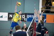Un jucător de la Volei Municipal Zalău atacă în meciul cu fotmatia daneză Gentofte, din prima mansă a 16-imilor de finală ale Cupei Challenge la volei feminin