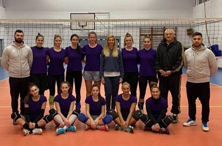 Componentele echipei CSS ACS Cristina Pîrv Turda, alături de Cristina Pîrv, la fotografie de grup după prima victorie din play-off-ul Seriei Vest a Diviziei A2