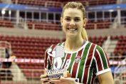 Leticia Hage cu premiul pentru cea mai bună jucătoare primit dunpă un meci al lui Fluminense