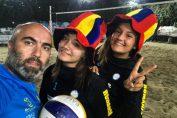 Antrenorul Răzvan Ifrim, alături de componentele echipei feminine a României, participantă la Europenele Under 18 de volei pe plajă