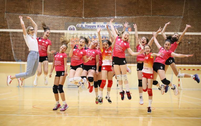 Bucuria fetelor de la Academie de Volei Tomis Constanța după calificarea la turneul final al campionatului de speranțe