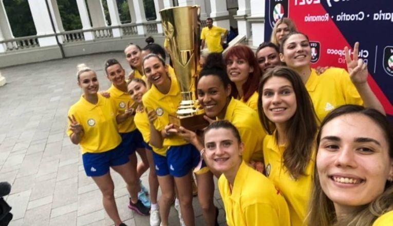 Ce bine le stă fetelor cu trofeul Campionatului European!