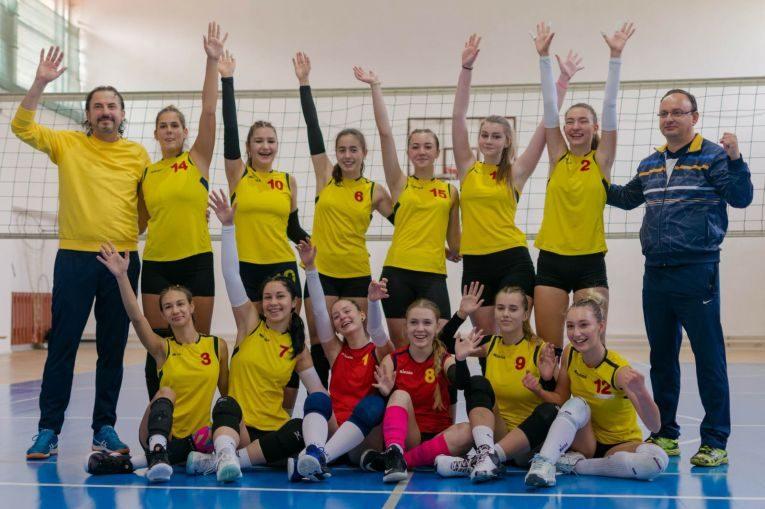 Componentele echipei de junioare CSS Bacău, bucuroase după victoria din etapa a doua a campionatului 2021/ 2022 (FOTO: Maria Cîrnu)